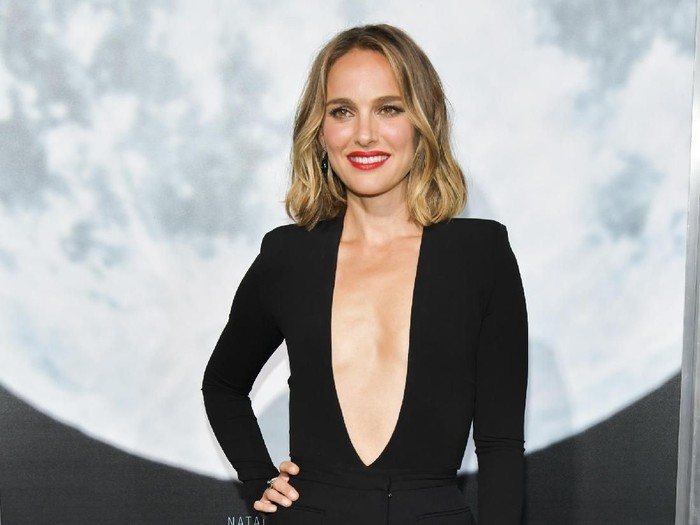 LOS ANGELES, CALIFORNIA - SEPTEMBER 25: Natalie Portman attends the premiere of FOXs Lucy In The Sky at Darryl Zanuck Theater at FOX Studios on September 25, 2019 in Los Angeles, California. (Photo by Rodin Eckenroth/Getty Images)