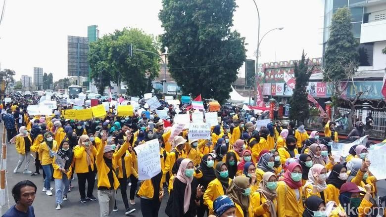 Massa Aksi #MagelangBergerak Long March ke DPRD Kota Magelang