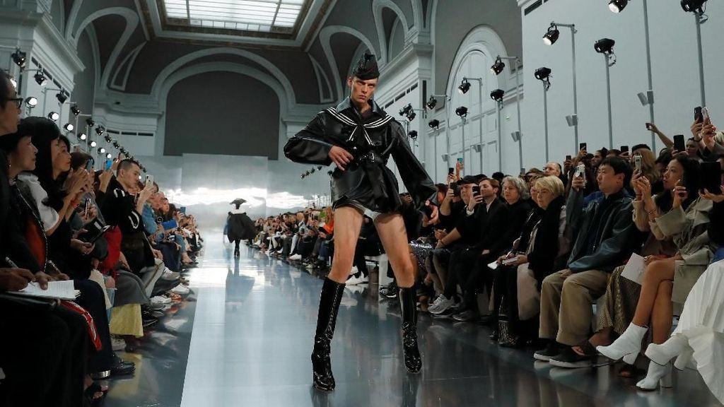 Viral Model Jalan di Catwalk Sambil Melotot dan Marah di Paris Fashion Week