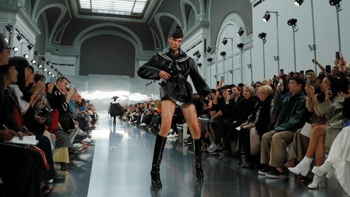 Leon Dame, model asal Jerman yang viral di Paris Fashion Week. Foto: REUTERS/Gonzalo Fuentes