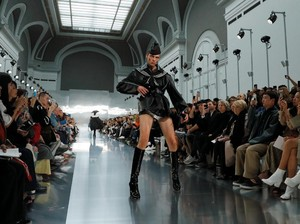 Viral Model Jalan di Catwalk Sambil Melotot dan Marah di Paris Fashion Week