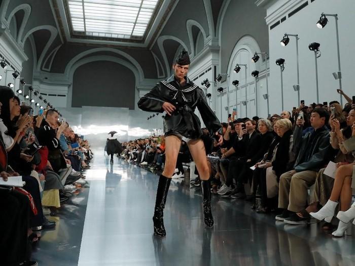 Model Leon Dame di catwalk Maison Margiela Spring-Summer 2020. (Foto: REUTERS/Gonzalo Fuentes)