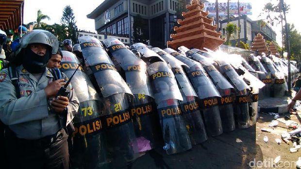 Demo Memanas, Massa Lempar Batu dan Botol Minta Sidang Rakyat