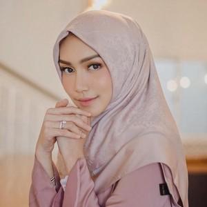 Inspirasi Gaya Hijab Pastel Ala Melody Prima, Bintang FTV yang Jadi Ibu Muda