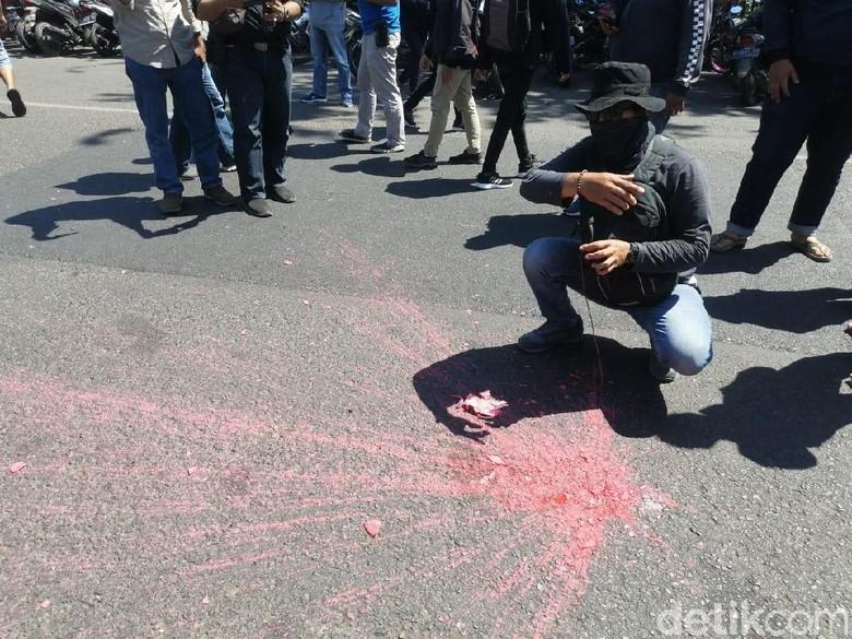 Aksi #SurabayaMenggugat Diwarnai Pelemparan Benda Diduga Bom Molotov