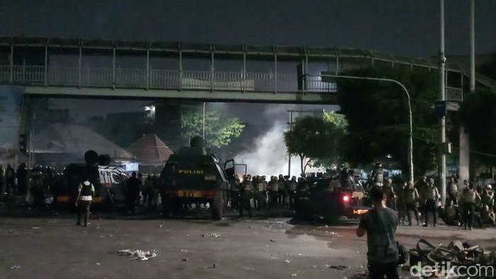 Massa di Palmerah masih bertahan. Mereka melempari polisi menggunakan batu dan botol kaca (Farih Maulana/detikcom)