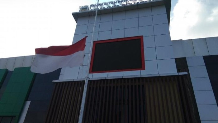 Bendera setengah tiang di kantor Dinkes Papua. (ANTARA/Musa Abubar)