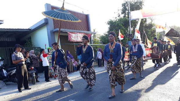 Warga Imogiri menggelar Kirab Siwur jelang upacara Nguras Enceh.