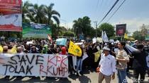 Ribuan Mahasiswa di Kota Madiun Turun Jalan Soroti RUU Kontroversial