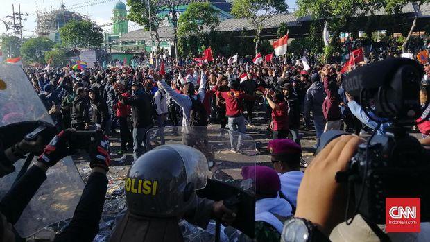 Aksi #SurabayaMenggugat, Polisi Amankan Puluhan Pelajar