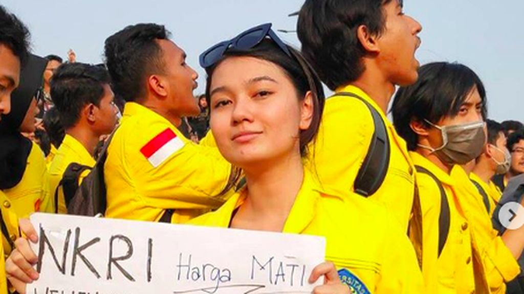 Livia Ellen, yang Cantik dan Manis Ber-Jakun di Demo DPR