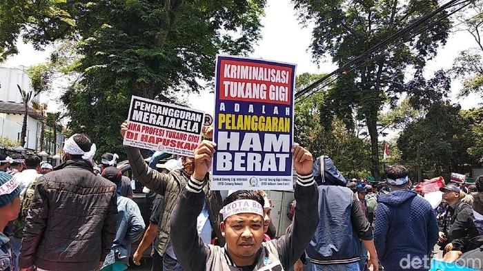 Tukang Gigi Demo Tolak RUU KUHP. (Foto: Dony Indra Ramadhan)
