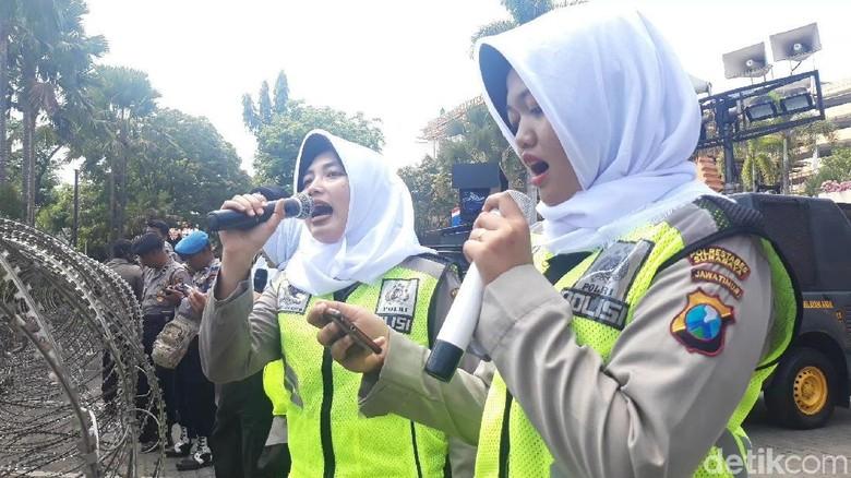 Ini Pasukan Asmaul Husna Para Polwan Pendingin Tensi Demo