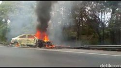 Sebuah Sedan Hangus Terbakar di Tol Cipularang Km 87