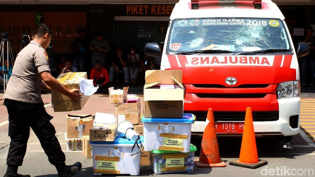 Penampakan Batu-Petasan yang Ditemukan di Ambulans