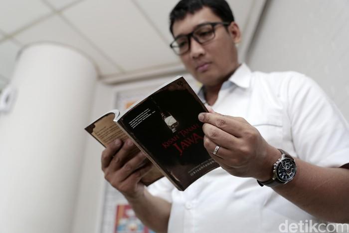 Dua penulis buku Kisah Tanah Jawa saat berkunjung ke kantor detikcom.