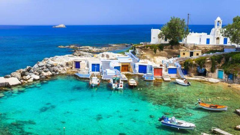 CNN Travel melansir 10 pulau paling indah di dunia. Pulau Milos, Yunani memberikan pemandangan hamparan samudera berwarna biru safir. Pantai yang telah terkikis membuat lengkungan yang mempercantik pulau. (Shutterstock/CNN)