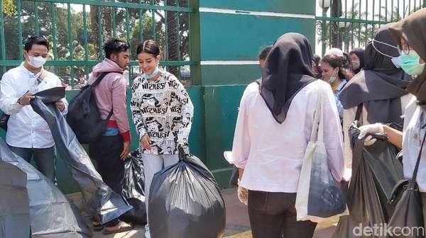 Dear Pejabat dan Pendemo, Nggak Ikut Bersih-bersih Bareng Awkarin?