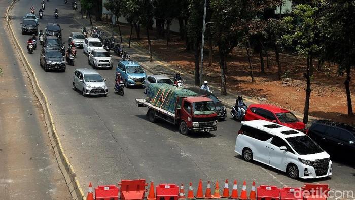 Arus lalu lintas di Jalan Gatot Subroto yang mengarah ke Slipi, Jakarta, Kamis (26/09/2019) masih ditutup oleh aparat polisi.
