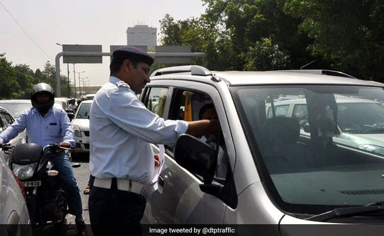 Ilustrasi polisi tilang pengendara di India. Foto: NDTV