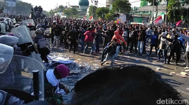 Aksi #SurabayaMenggugat Memanas, Massa Lempar Kapak ke Polisi