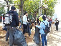Awkarin dan Pengikutnya Turun ke Jalan, Pungut Sampah Sekitar DPR