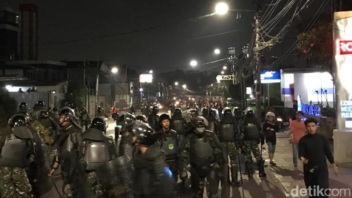 Personel TNI halau massa ke arah petamburan. (Foto: Rolando/detikcom)