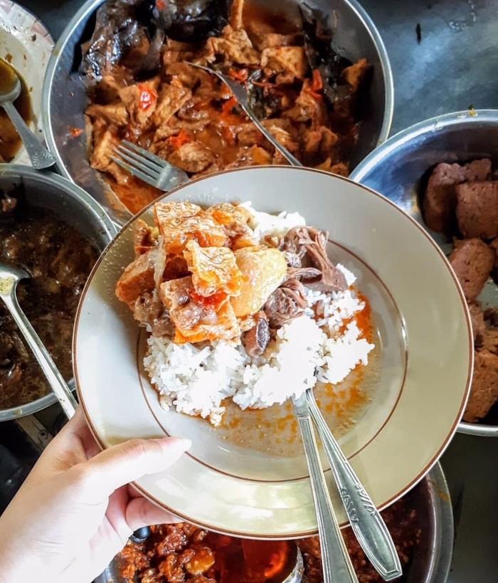 Gudeg koyor populer di Jawa Tengah dan Yogyakarta sebagai pilihan sarapan yang enak memuaskan. Kinyil gurih koyor bikin rasanya makin enak. Foto : Instagram @kolesterol.dong