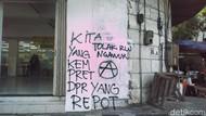 Aksi #SurabayaMenggugat Tinggalkan Jejak Vandalisme Dekat DPRD Jatim