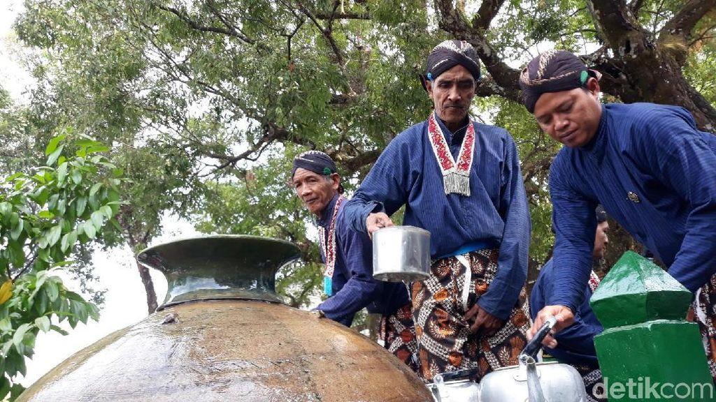 Ratusan Warga Antre Demi Dapat Air Tradisi Nguras Enceh Imogiri Bantul