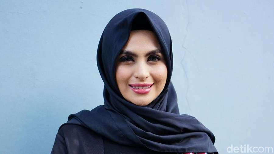 Dear Netizen, Asha Shara Nggak Lepas Hijab Kok