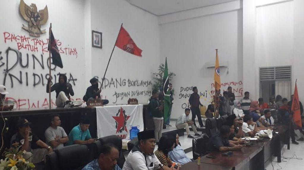 Tolak UU KPK, Mahasiswa Segel dan Coret Ruang DPRD Banggai Saat Rapat