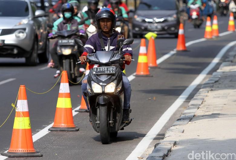 Pemotor Jajah Jalur Sepeda di Jalan Pramuka. Foto: Rifkianto Nugroho