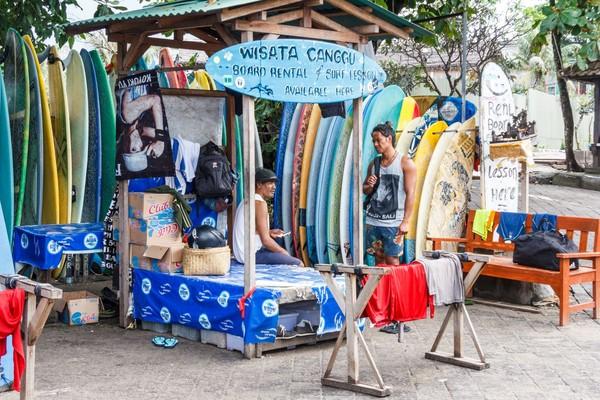 Canggu memiliki tepi pantai yang indah di utara seminyak. Traveler bisa yoga di tepi pantai dan mendatangi kafe dengan menu organik. (iStock)