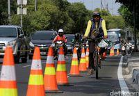 Dipasangi cone plastik, pesepeda bisa melaju dengan aman.