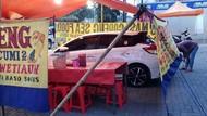 Waduh! Mobil-mobil Ini Terjebak di Dalam Tenda Pecel Lele dan Seafood