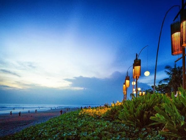 Di Pantai Seminyak, kamu bisa menemukan kafe-kafe dan restoran keren . Ada juga tempat belanja yang hits dan berbagai macam fasilitas untuk kenyamanan turis seperti resort dan hotel dan villa (iStock)