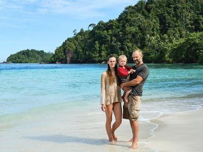 Pasangan Inggris Ajak Anaknya Bertahan Hidup di Indonesia
