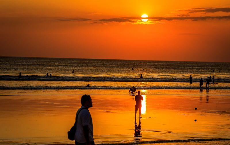Kuta populer dengan bujetnya yang terjangkau. Hanya dalam 10 menit dari Bandara Denpasar kamu sudah sampai ke pantai ini dan selamat menikmati sunset yang memukau (iStock)
