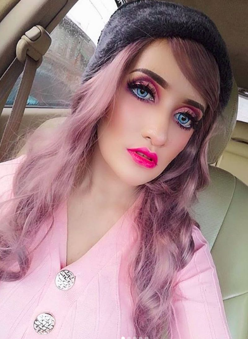 Shafieqa namanya, seorang model asal Malaysia yang viral karena wajahnya saat berdandan mirip Barbie. (fykaaschaa/Instagram)