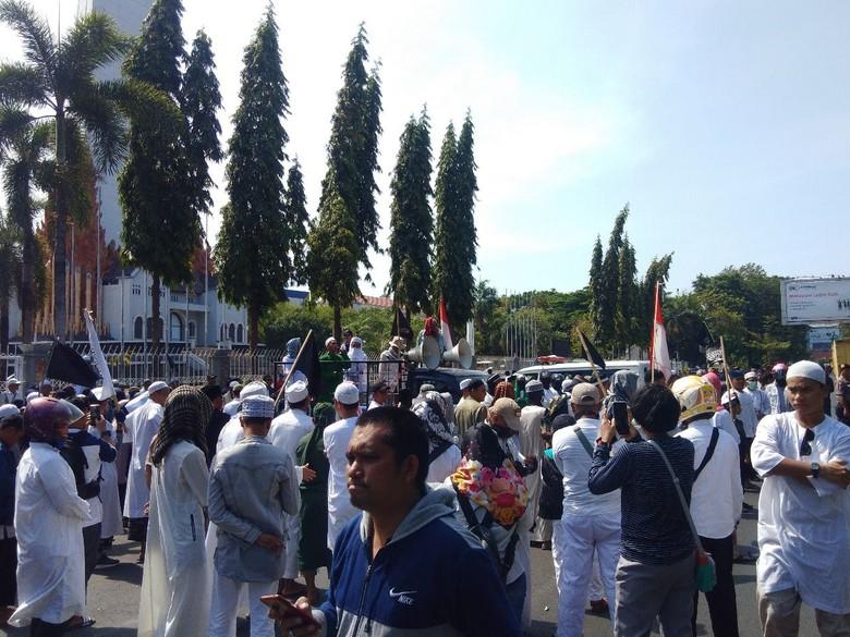 FPI Demo Kecam Polisi Bersepatu Masuk Masjid di Makassar