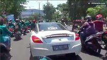 Mahasiswa Surabaya Aksi Gunakan Mobil Miliaran