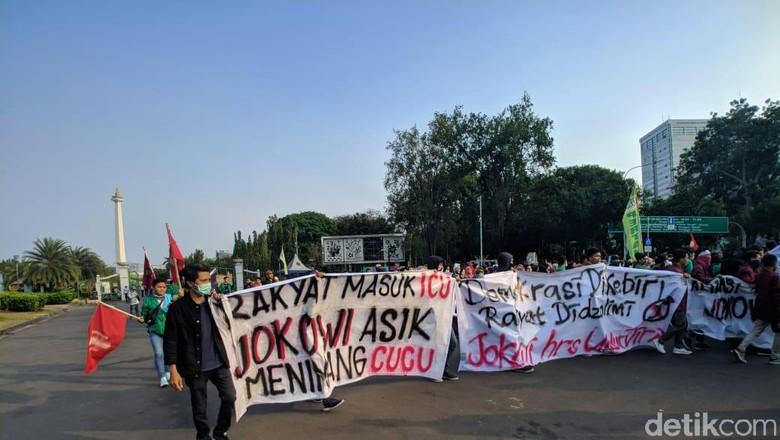 Satire Massa Demo di Depan Istana: Rakyat Masuk ICU, Jokowi Asyik Nimang Cucu