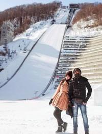 Menikmati salju dengan suaminya saat liburan ke Jepang. (fykaaschaa/Instagram)