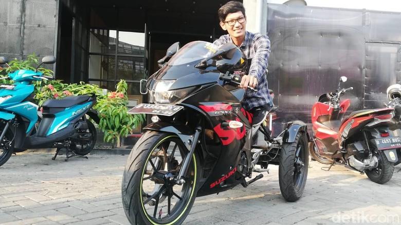Estu dan motor sport Suzuki yang sudah dimodifikasi untuknya Foto: Rizki Pratama