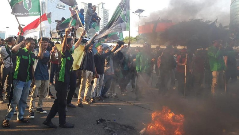 Dicegah Polisi Demo ke DPR, Massa HMI Bakar-bakar Ban di Flyover Slipi