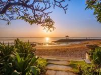Wisatawan yang ingin mencari ketenangan dan melepaskan lelah bisa datang ke pantai Sanur. Memiliki pasir putih dengan ombak laut yang sangat tenang di sini juga menjadi tempat yang indah untuk melihat sunset. (iStock)