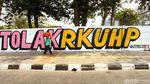 Mural Tolak RKUHP Mejeng di Kawasan Rawamangun