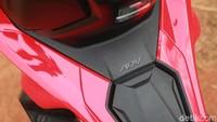 Dari bagian tengah ke belakang, ADV 150 memiliki desain yang kokoh. Tangkinya ada di bawah dek depan dan joknya pakai model bertingkat. Menambah aura sporty, ADV 150 juga sudah memakai behel model tanduk.