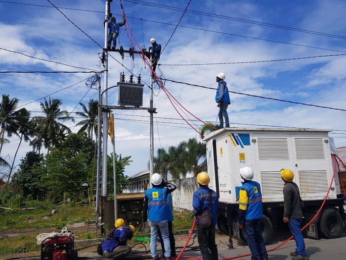 PLN terus berupaya memulihkan sistem kelistrikan H+2 pascagempa yang melanda Pulau Ambon dan sekitarnya. Secara bertahap, sistem kelistrikan di daerah yang terdampak gempa tersebut sebagian sudah mulai normal kembali. Istimewa/Dok. PLN.